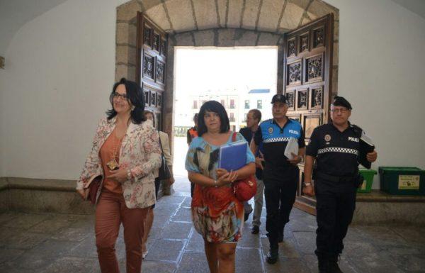 La subdelegada del Gobierno (I) junto a los altos cargos de Policia Nacional, Municipal y Guardia Civil a la llegada al Consistorio para la Junta Local de Seguridad. / QUINITO