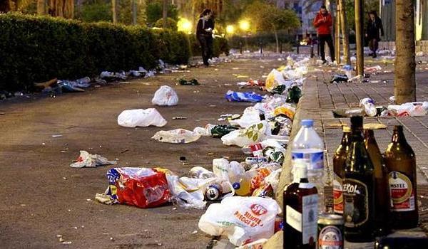 Imagen de archivo de una calle repleta de deshechos después de un botellón.