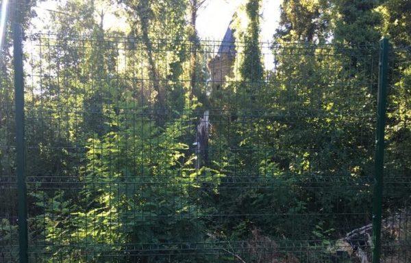 Foto-denuncia de la valla que rodea el castillete, tomada de Facebook.