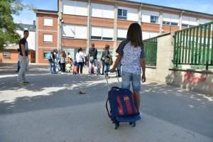Una niña acude a su colegio, en Ponferrada. / QUINITO