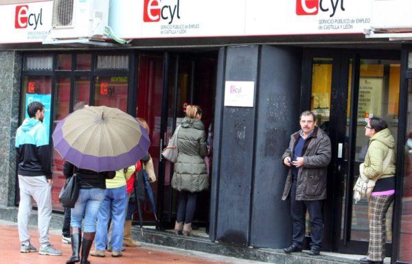 Varias personas hacen cola ante las oficinas del ECyL en Ponferrada. / C. Sánchez