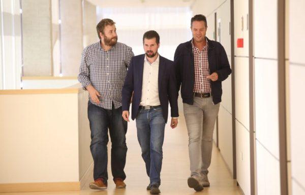 El portavoz socialista Luis Tudanca, el procurador socialista, Álvaro Lora Cumplido, y el procurador Pedro González, antes de comparecer en rueda de prensa. / DIEGO DE MIGUEL