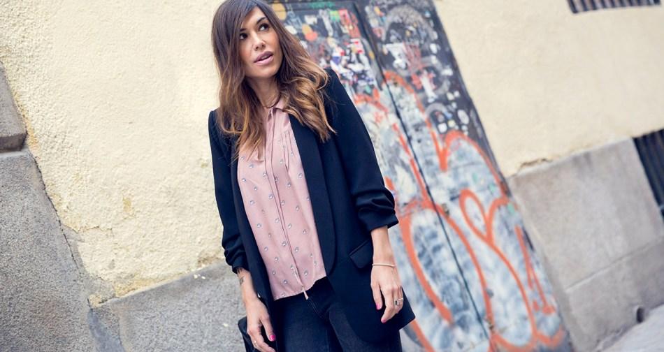 look de street style con blazer negra, blusa en color nude con estampado naif, jeans pitillo ne color negro , zapatillas de color negro con suela de plataforma marca no name y bolso de cuero negro estilo bandolera
