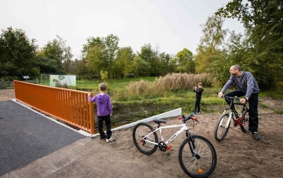 Por el momento, el puente solo está disponible para el paso de bicicletas. Fotos: AFP
