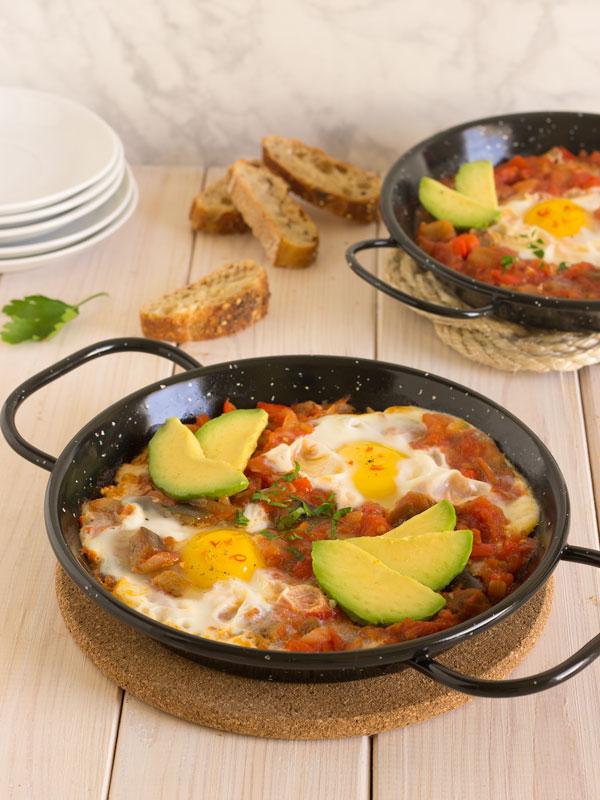 Shakshuka o huevos con salsa de tomate y verduras