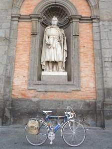 L'Anjou sotto la statua di Carlo d'Angiò