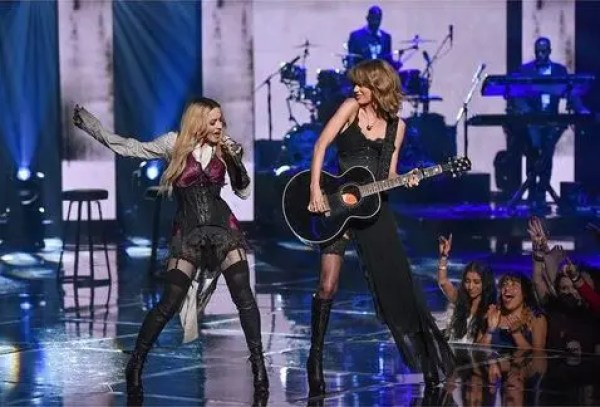 Madonna-Madonna_Taylor_Swift-Taylor_Swift-iHeart_Radio_Music_Awards-Ghosttown_MILIMA20150329_0349_11