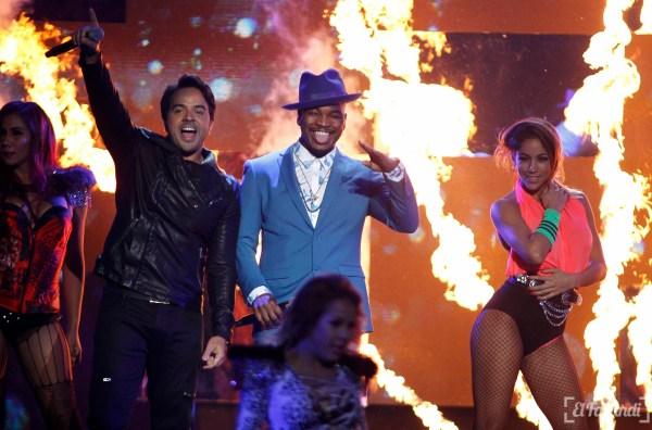 Singers Luis Fonsi (L) and Ne-Yo perform at the 2015 Latin Billboard Awards in Coral Gables, Florida April 30, 2015. REUTERS/Carlo Allegri