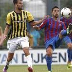 Otro jugador del Levante UD sale a defender a Mendilibar