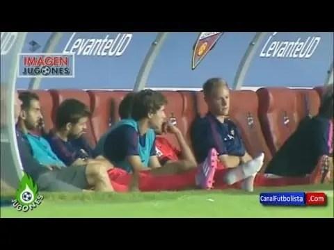 """El """"pasotismo"""" de Piqué en el banquillo del Barcelona da la vuelya al mundo (video)"""