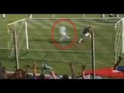Un aficionado brasileño tira un petardo y el portero cae fulminado (Vídeo)