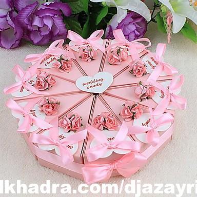 boîte de faveur gâteau avec des fleurs roses et du ruban