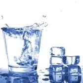 5565060-eau-douce-en-verre-avec-des-glacons