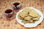 5889626-two-cups-of-tea-and-gingerbread-cookies-on-the-plate
