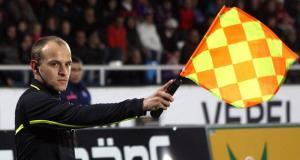 Un asistente levanta el banderín. / Clemens Schüttengruber