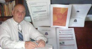 Prof. José Yorg con algunas de sus aportaciones pedagógicas cooperativas.