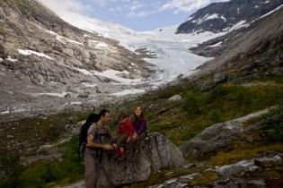 randonneurs-en-famille-et-glacier-Bodalsbreen-Norvège