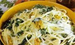 Pasta con setas, jamón y espinacas