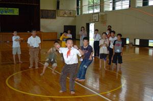 長縄で遊ぶ (東近江市内C小学校)