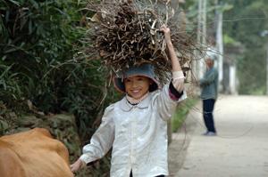突然訪れたとても素朴な農村 女の子が家のお手伝いをしていた