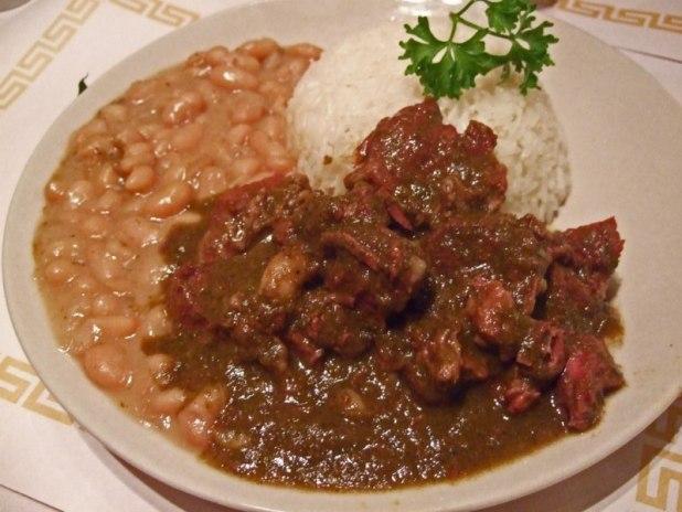 """Un typique """"seco de carne"""" pour le déjeuner : un ragoût de boeuf en sauce avec du riz"""