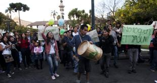 Manifestation à Quito contre l'exploitation du gisement pétrolier de Yasuni. Source REUTERS/Josue Leon