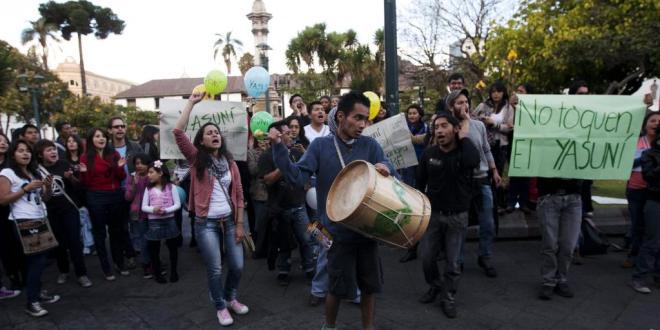 Manifestation à Quito contre l'exploitation du gisement pétrolier de Yasuni. Source REUTERS/Josue Leon
