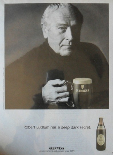 Robert Ludlum anunciando cerveza