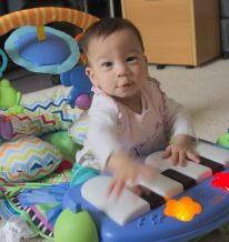 Stella on the piano - 2016-07-04--011