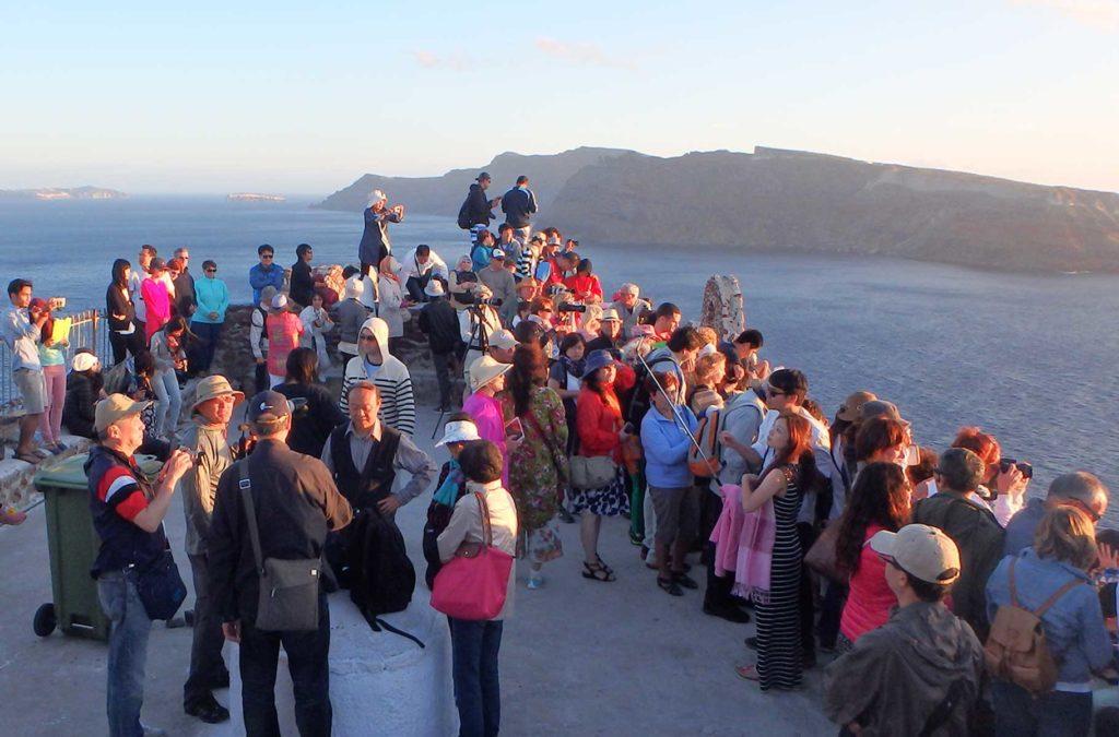 Dicas da Grécia - Multidão aguarda pôr do sol em Santorini