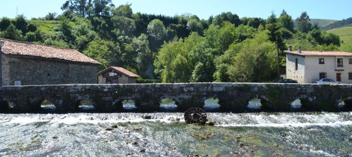 """Puente medieval de nueve ojos que cruza las aguas de """"La Fuentona"""""""