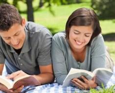 couple-reading-picnic-620x310