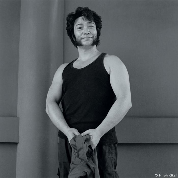体を鍛えた美容師 2001 © Hiroh Kikai