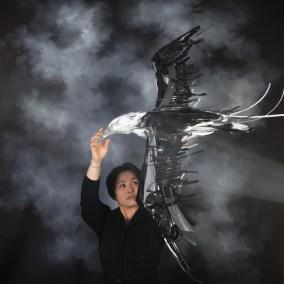 Un ritratto di Sayaka Ganz con una sua opera