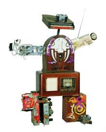 Nam June Paik, Luciano Pavarotti 1995 Radio, monitor e oggetti vari collezione privata