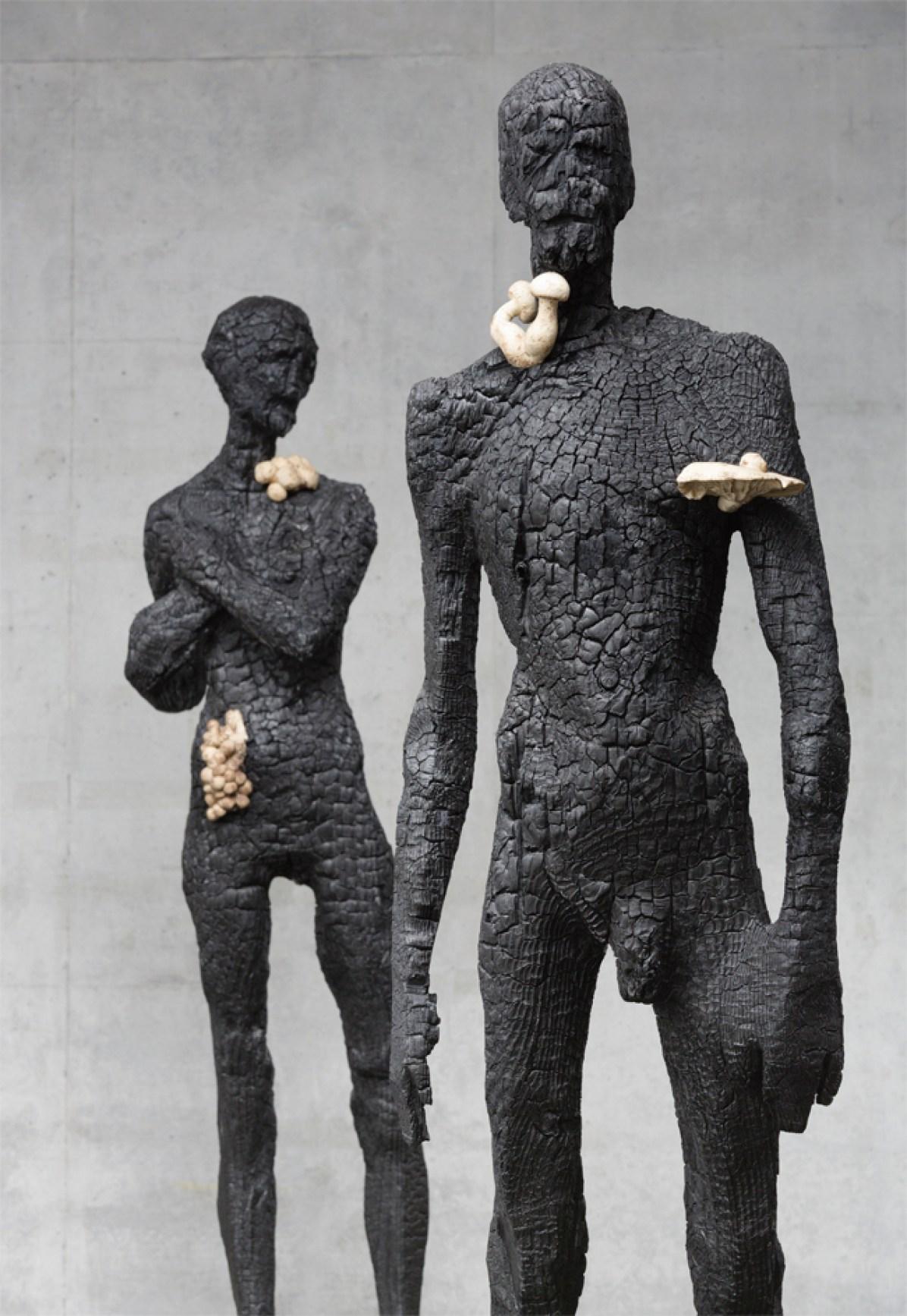 Aron Demetz, senza titolo (uomo e donna), 2012, legno carbonizzato, cm 220