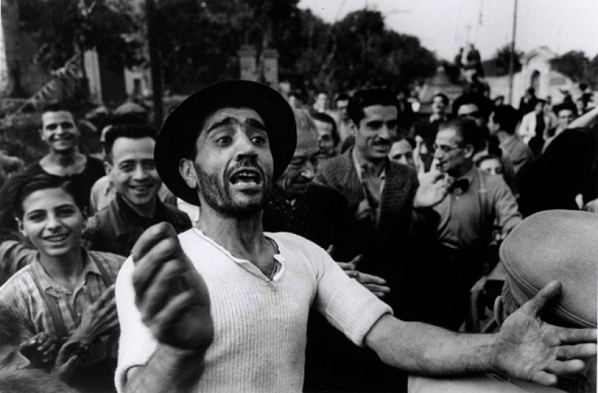 Benvenuto alle truppe americane a Monreale, 23 luglio 1943, Photograph by Robert Capa. © International Center of Photography/Magnum – Collection of the Hungarian National Museum