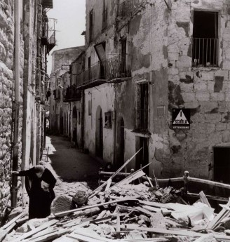Anziana donna tra le rovine di Agrigento, 17-18 luglio 1943, Photograph by Robert Capa. © International Center of Photography/Magnum – Collection of the Hungarian National Museum