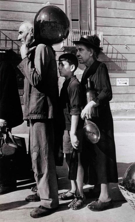 Robert Capa, In coda per l'acqua in una via di Napoli, ottobre 1943, Photograph by Robert Capa. © International Center of Photography/Magnum – Collection of the Hungarian National Museum