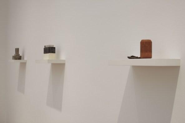Da destra: Can I, 2010 (gesso con ossido di ferro, bronzo, legno e metallo; 1 mensola, 2 unità; cm 11 x 40 x 9; courtesy l'artista e Luhring Augustine, New York). Model IV, 2006 (gesso, legno e alluminio; 1 mensola, 6 unità; cm 20,5 x 40 x 20; collezione privata; courtesy Galleria Lorcan O'Neill, Roma). Model II, 2008 (gesso, pigmenti, legno e metallo; 1 mensola, 5 unità; cm 24 x 40 x 20; courtesy l'artista e Luhring Augustine, New York).