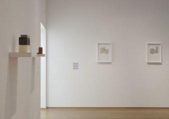 Da sinistra: Model IV, 2006 (gesso, legno e alluminio; 1 mensola, 6 unità; cm 20,5 x 40 x 20; collezione privata; courtesy Galleria Lorcan O'Neill, Roma). Can I, 2010 (gesso con ossido di ferro, bronzo, legno e metallo; 1 mensola, 2 unità; cm 11 x 40 x 9; courtesy l'artista e Luhring Augustine, New York). Untitled, 2013 (foglia d'argento, cartone, celluloide e grafite su carta; cm 41,5 x 29; courtesy Galleria Lorcan O'Neill, Roma). Untitled, 2013 (foglia d'argento, cartone, celluloide e grafite su carta; cm 41,5 x 29; courtesy Galleria Lorcan O'Neill, Roma).