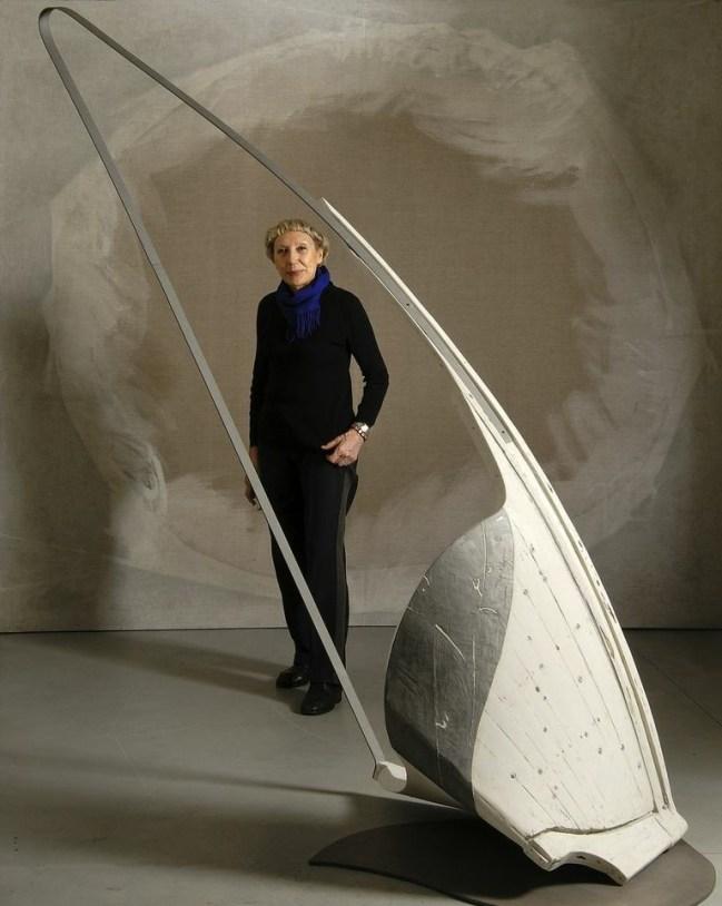Gabriella Benedini con l'opera Arpa marina, 2008, scultura polimaterica, 220x200x70 cm