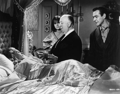 """Alfred Hitchcock, Sean Connery e Tippi Hedren sul set di """"Marnie"""" (1964) © 2014 Universal Studios. Tutti i diritti riservati MONDADORI PORTFOLIO/ AKG Images"""