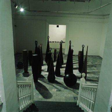 Luigi Mainolfi, Palle, tamburi, campane, campanacci, 1988-1989, bronzo, dimensione ambiente