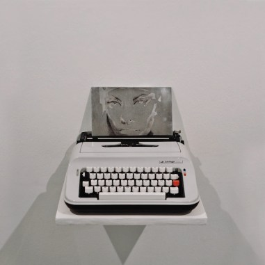 1.Dellaclà; Di giorno amo dormire, di notte amo sognare; 2014; zinco, inchiostro e macchina da scrivere; cm. 33x36x25; foto di Giulia Squillace
