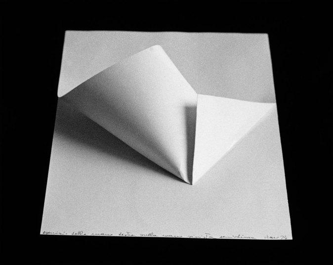 Paolo Icaro, Esercizio della mano destra sulla mano sinistra semichiusa, 1974, carta Fabriano, cm.33x23 (Courtesy l'artista e P420, Bologna)