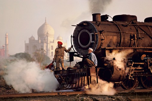 Steve McCurry, Operai su una locomotiva a vapore, India, 1983 © Steve McCurry