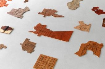 Eugenio Tibaldi, Verona Maps 01, 2015, 24 pezzi, materiali vari, installazione ambientale, dimensioni variabili (dettaglio) Courtesy Studio la Città, Verona Foto Michele Sereni