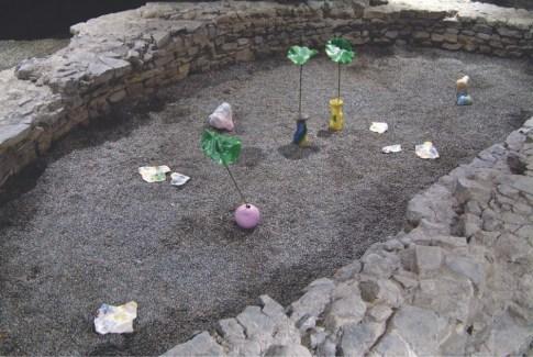 Lorenza Boisi, Garden of man, installazione, ceramiche secondo fuoco, dimensioni varie, piante artificiali, gessi, tecnica mista, vasi di Sarah dalla Costa e Marco Giubilini.