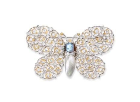 Gianmaria Buccellati, 1998, Spilla Farfalla, ali in oro bianco e sagome a goccia in oro giallo, corpo di perle. Particolare il disegno ottenuto con un contrasto di brillanti e rose di diamante. L'iconografia della farfalla è stata ricorrente nei gioielli di Gianmaria Buccellati e molto apprezzata soprattutto nei mercati orientali. Nelle sue esposizioni a Hong Kong e in Giappone, Buccellati era solito rappresentare un gioiello a farfalla sulla copertina dei cataloghi.
